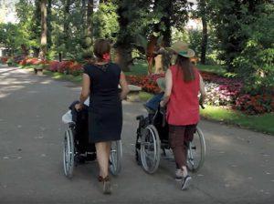 Promenade au près la rose pour des résidents de la Résidence Surleau à Montbéliard (25)