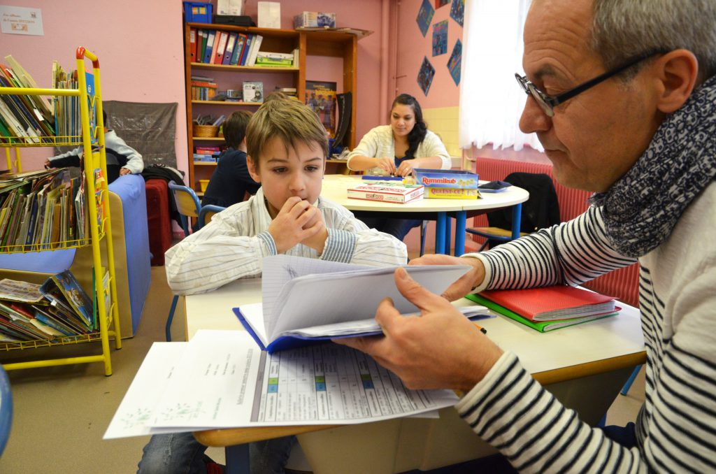 Professeur expliquant une leçon à un élève de l'institut Saint-Nicolas