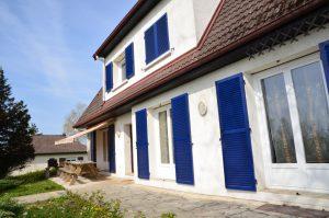 façade d'une maison aux volets bleus