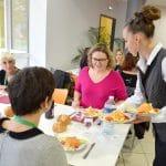 Une jeune fille en formation à l'Institut Perdrizet lors d'un service au restaurant Pédagogique